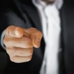 Mann zeigt auf dich - Schuldzuweisung bei Schimmelpilzbefall